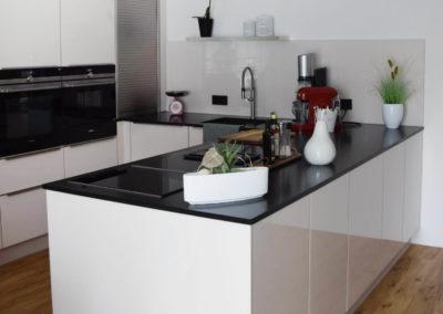 Formschöne Küche Glaslaminat Magnolie glänzend 1