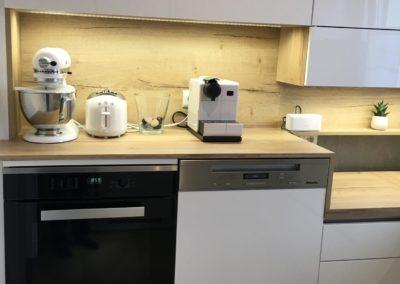 Grifflose Küche in Weiß mit Eiche furniert