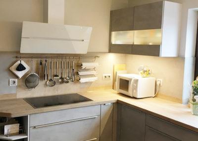 Großzügige Küche mit Fronten in Betonoptik 1