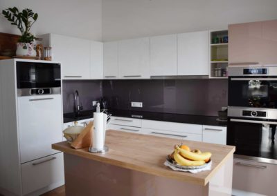 Innovative Küche in Weiß und Cappu. glänzend