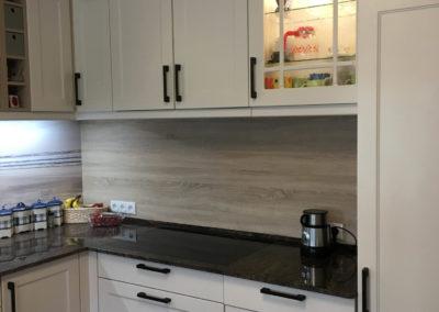 L Küche mit Rahmenfronten und Motivrückwand