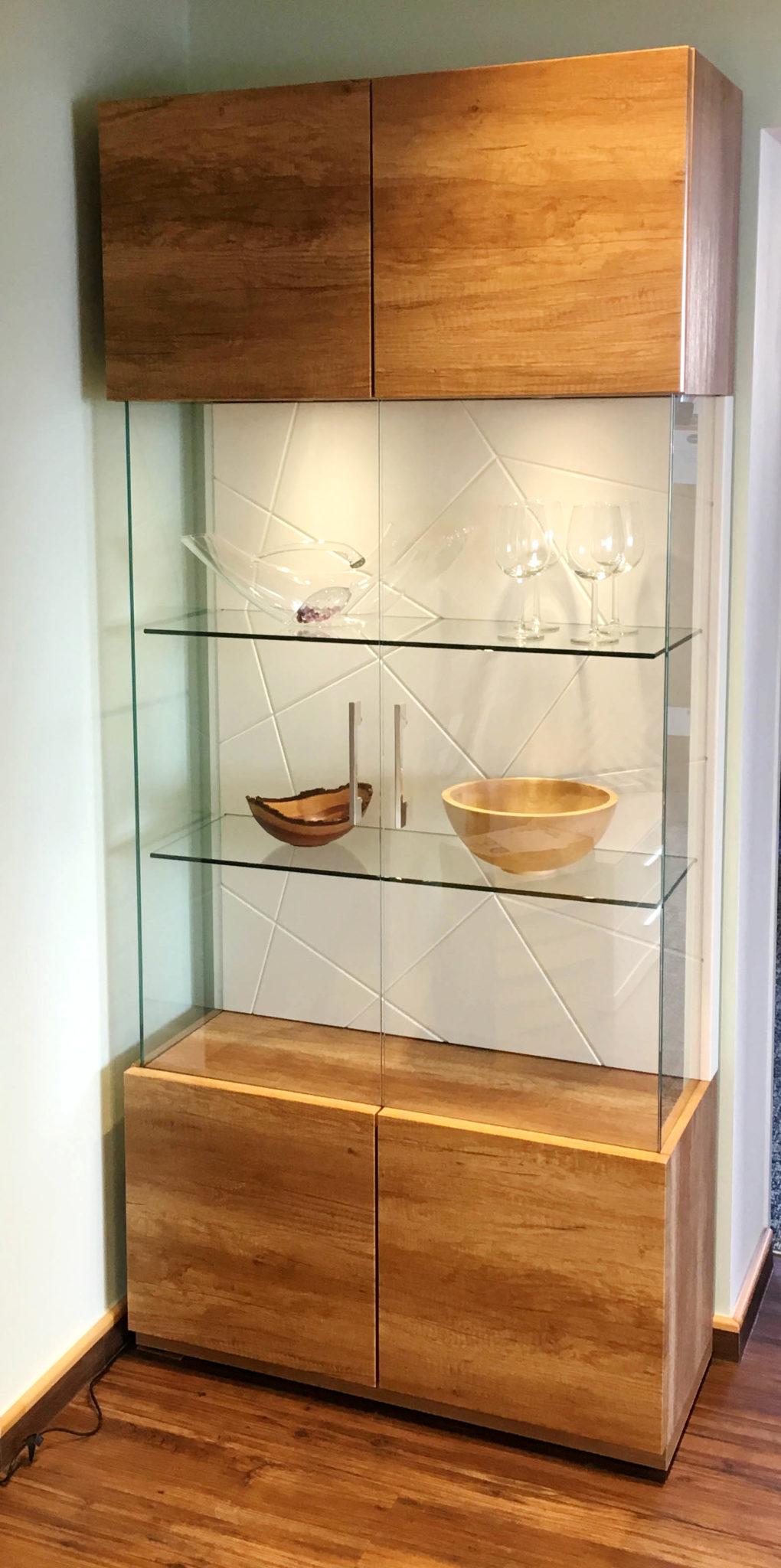 vitrine mit glast ren taxer einrichten. Black Bedroom Furniture Sets. Home Design Ideas