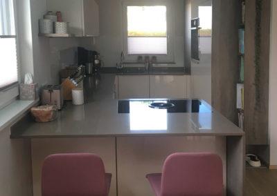 Hochglanzküche mit Silestoneplatte Bild 1 2