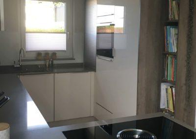 Hochglanzküche mit Silestoneplatte Bild 3 1