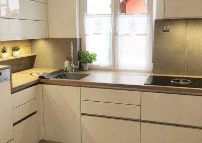 Hochglanzküche weiß grifflos mit Arbeitsplatte in Holzoptik 1