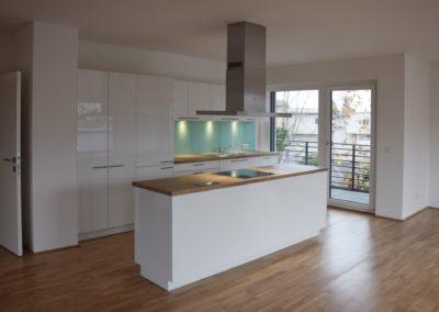 Hochglanzküche weiß mit Arbeitsplatte in Holzoptik mit Insel 2