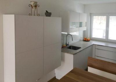 Küche Hochglanz weiß mit Granit Arbeitsplatte Bild 1