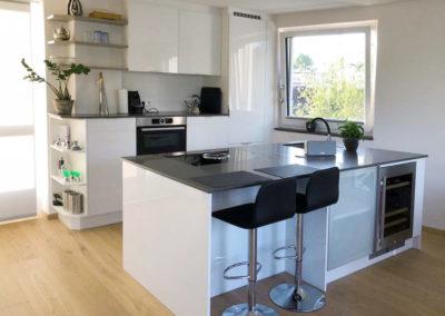 Küche Hochglanz weiß mit Silestone Arbeitsplatte