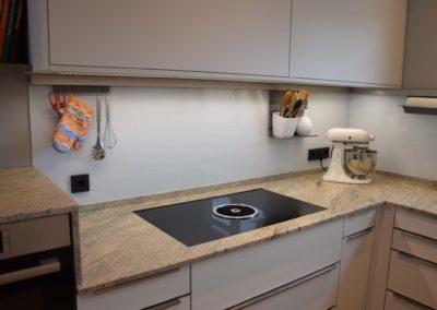 Küche Softmatt weiß mit Granit Arbeitsplatte Bild 2