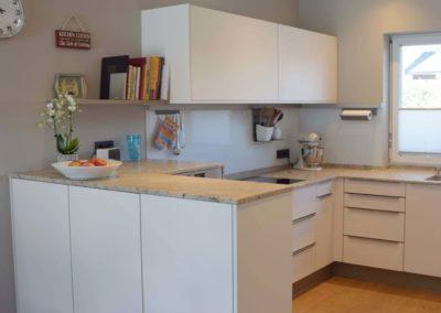 Küche Softmatt weiß mit Granit Arbeitsplatte Bild 3