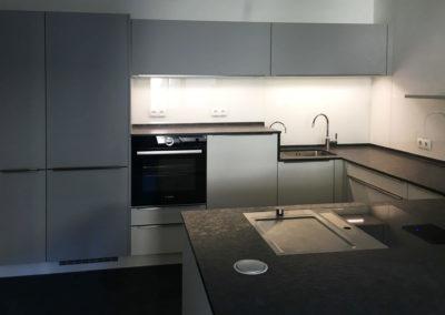 Küche Softmatt weiß und grau mit Granit Arbeitsplatte