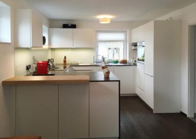Küche weiß mit Arbeitsplatte in Steinoptik